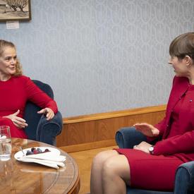 La présidente Kersti Kaljulaid et la gouverneure générale sont assise dans des fauteuils.
