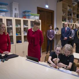 La présidente Kersti Kaljulaid et la gouverneure générale s'entretient avec des étudiants.