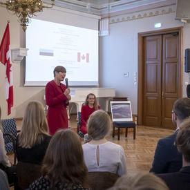 La présidente Kersti Kaljulaid s'entretient avec des étudiants.