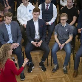 La gouverneure générale s'entretient avec des étudiants.
