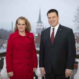 La gouverneure générale se tient aux côtés du premier ministre Jüri Ratas.