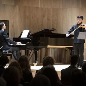 Le violoniste canadien Kerson Leong joue le violon sur scène.