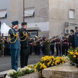 La gouverneure générale Julie Payette, en uniforme des Forces aériennes canadiennes, salue devant le Monument Pontecorvo.