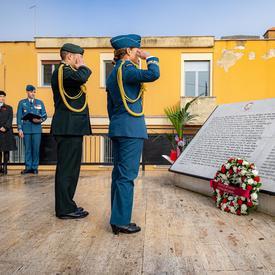 La gouverneure générale Julie Payette, en uniforme des Forces aériennes canadiennes, salue devant la plaque canadienne à Montecorvo.