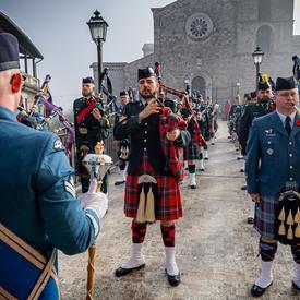 Membres du Corps de cornemuses et de tambours des Forces armées canadiennes à Pontecorvo.