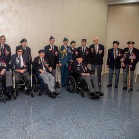 La gouverneure générale Julie Payette, en uniforme des Forces aériennes canadiennes, pose pour une photo avec des anciens combattants.