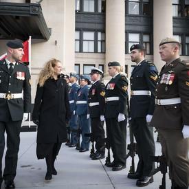 Lors de son arrivée à l'édifice du Sénat du Canada, elle a inspecté une garde d'honneur.