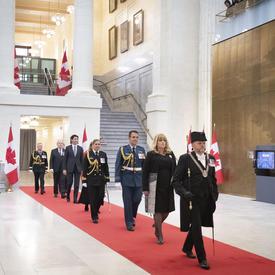 Dirigés par l'huissier du Bâton noir, des fonctionnaires, y compris la gouverneure générale et le premier ministre, sont entré la Chambre du sénat.
