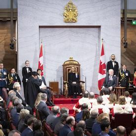 L'huissier du Bâton noir s'adresse à la gouverneure générale.