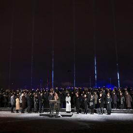 Des Canadiens se rassemblent lors de la cérémonie commémorative de la Polytechnique.