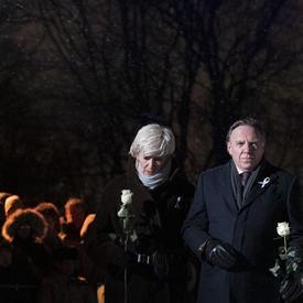 Des dignitaires déposent des roses blanches lors de la cérémonie commémorative de la Polytechnique.