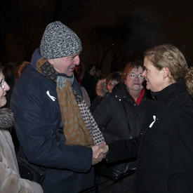 La gouverneure générale serre la main d'un Canadien à la cérémonie commémorative de la Polytechnique.