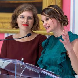 Stéphanie Lapointe et Delphie Côté-Lacroix ont parlé à partir d'un podium.