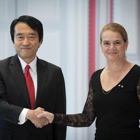 L'ambassadeur désigné du Japon remet les lettres de créance à la gouverneure générale.