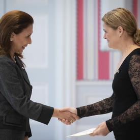 L'ambassadrice désignée de la République du Panama remet les lettres de créance à la gouverneure générale.