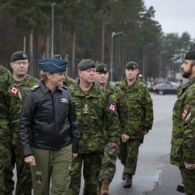 La gouverneure générale Payette visite les membres des FAC qui prennent part à l'opération REASSURANCE en Lettonie