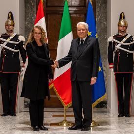 La gouverneure générale serre la main du président de l'Italie.
