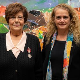La gouverneure générale pose pour une photo avec Mme Mariangela Rondinelli.