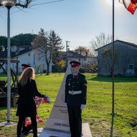 La gouverneure générale dépose une écharpe sur un monument au Cimetière de guerre canadien de Villanova.