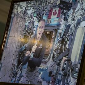 L'astronaute de l'Agence spatiale canadienne David Saint-Jacques est affiché sur un écran et nous parle à partir de la Station Spatiale Internationale.