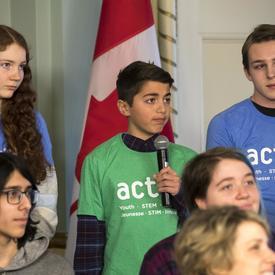 Un jeune garçon pose une question à l'astronaute de l'Agence spatiale canadienne David Saint-Jacques.
