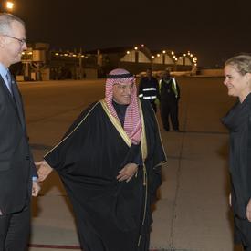La gouverneure générale est accueillie par Son Excellence monsieur Mohammad Abulhasan, conseiller à Amiri Diwan et monsieur Louis-Pierre Émond, ambassadeur du Canada au Koweït.