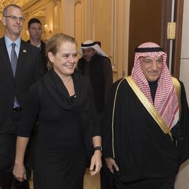 La gouverneure générale marche aux côtés de Son Excellence, monsieur Mohammad Abulhasan, Conseiller à Amiri Diwan.