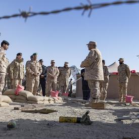 La gouverneure générale Julie Payette assiste à un exercice d'entraînement militaire.