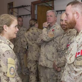 La gouverneure générale Julie Payette parle à un des membres des Forces armées canadiennes.