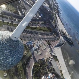Une photo des tours du Koweït prise de l'intérieur montre une vue magnifique.
