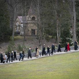 La gouverneure générale et la délégation ont marché en procession jusqu'au monument.