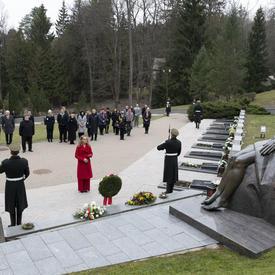 La gouverneure générale a déposé une couronne sur le monument.