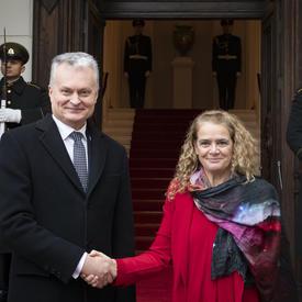 La gouverneure générale a serré la main de Son Excellence Gitanas Nausėda, président de la République de Lituanie.