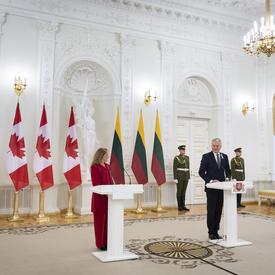 La gouverneure générale et le président Gitanas Nausėda ont prononcé une allocution à partir d'une tribune.