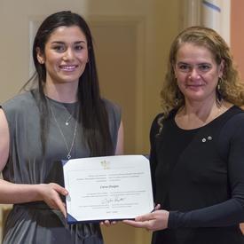 Ciera Disipio tient son certificat et pose pour une photo aux côtés de la gouverneure générale.