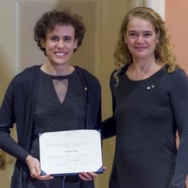 Amélie Augé tient son certificat et pose pour une photo aux côtés de la gouverneure générale.