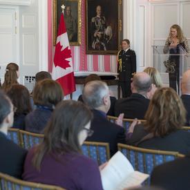 La gouverneure générale prend la parole à partir d'un podium.  Le public l'écoute.