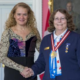 La gouverneure générale serre la main de Pat Watson.