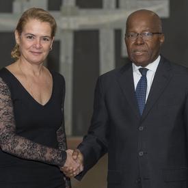 Son Excellence Gnagno Philibert Fagnidi, Ambassadeur de la République de Côte d'Ivoire, serre la main de la gouverneure générale.
