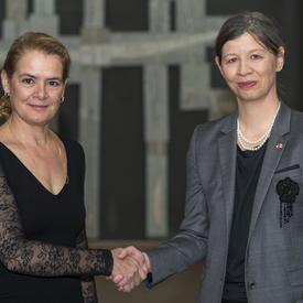 Son Excellence madame Salome Meyer Ambassadrice de la Confédération suisse, serre la main de la gouverneure générale.