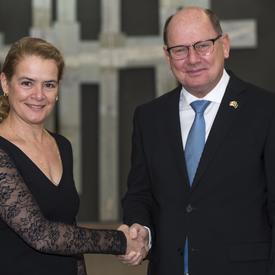 Son Excellence monsieur Urban Christian Ahlin Ambassadeur du Royaume de Suède serre la main de la gouverneure générale.