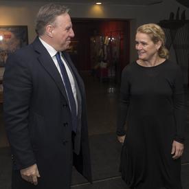Le premier ministre du Québec, François Legault, à gauche, et la gouverneure générale, Julie Payette, à droite, se regardent en souriant.