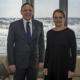 Le premier ministre du Québec François Legault, et la gouveneure générale du Canada, Julie Payette, posent pour une photo devant une fenêtre de la résidence du gouverneur général à la Citadelle. Vue hivernale sur le fleuve St-Laurent et la ville de Lévis.