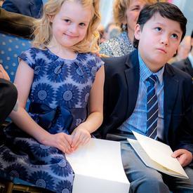 Des enfants assis dans le public.