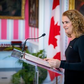 Le gouverneur général prononçant son discours à partir d'un podium.