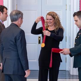 La gouverneure générale remet des médailles à David Brian et Stephen Punga.