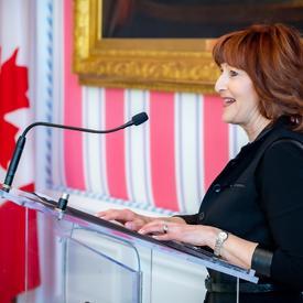 Janet Walker prononce un discours à partir d'un podium.