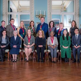 Une photo de groupe est prise avec tous les récipiendaires.