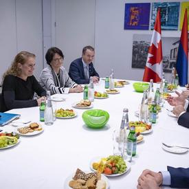 La gouverneure générale a rencontré le président de la République d'Arménie, Armen Sarkissian sont assis autour d'une table avec d'autres représentants du gouvernement.