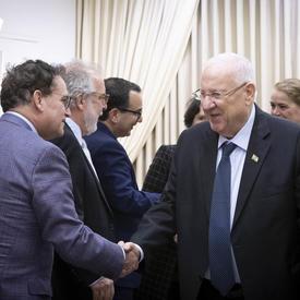 Son Excellence Reuven Rivlin, président de l'État d'Israël, a serré la main des membres de la délégation canadienne.